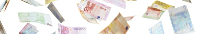 Viele Hände greifen nach fliegenden Euro-Banknoten